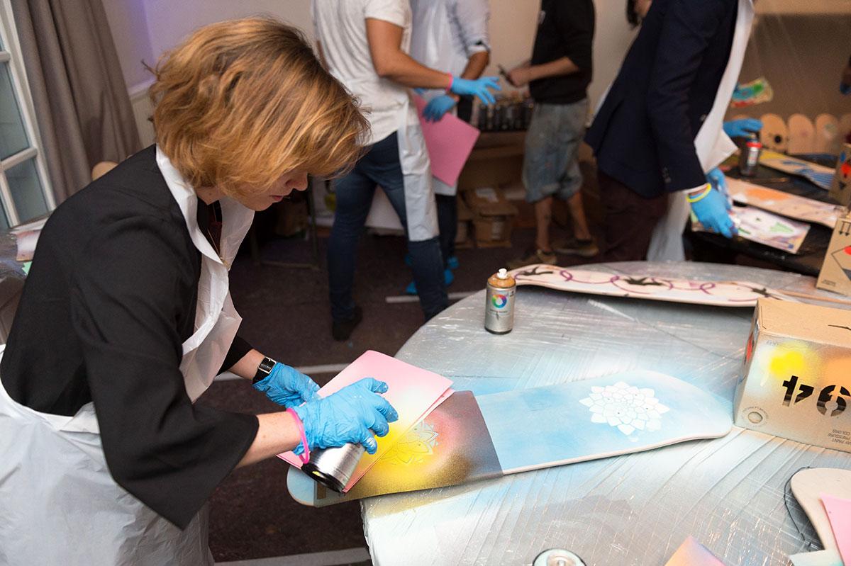 Organisation d'une animation de soirée soirée artistique pour entreprise : Graff sur skateboard - image 3